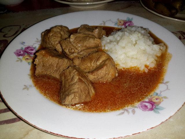 Свинско месо с вкусен сос и варен ориз