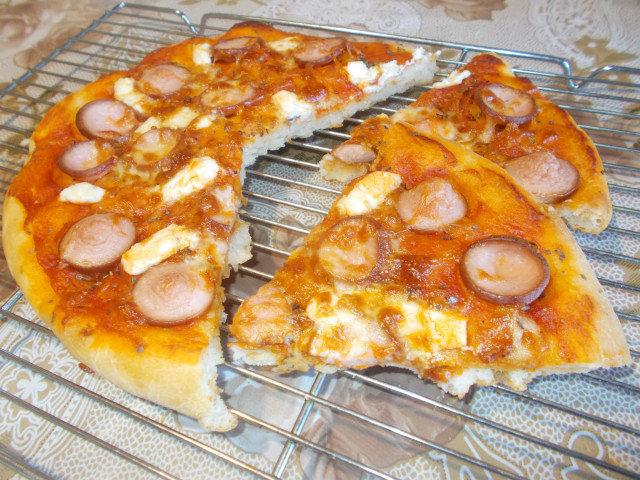 Пица с кренвирш и топено сирене