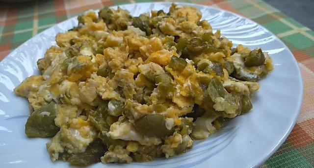 Пържени зелени чушки с яйца и сирене