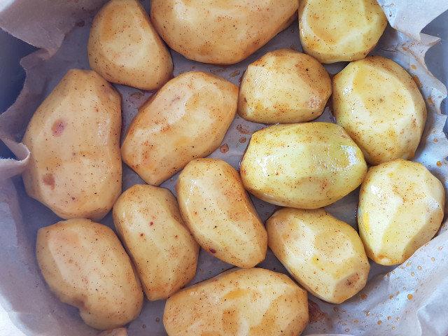 Надупени картофи с подправки