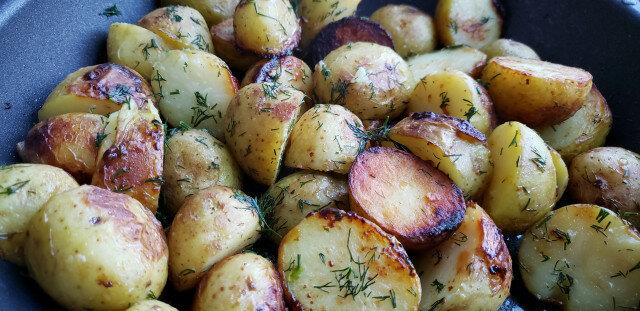 Задушени пресни картофи в масло и чесън
