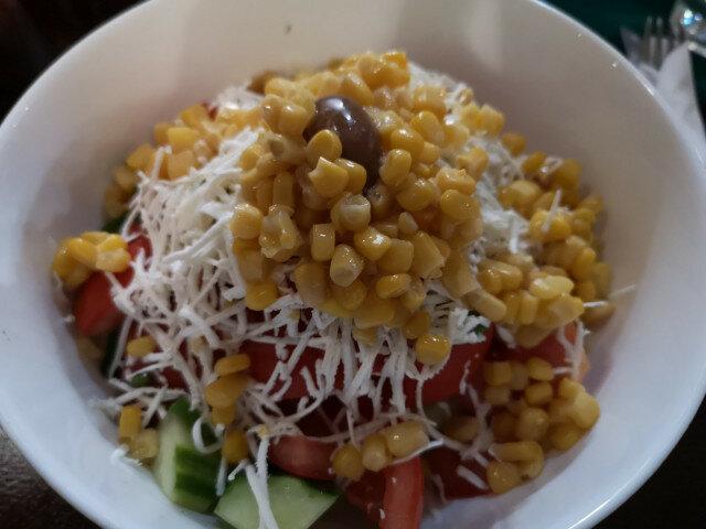 Салата с царевица, домати и червен лук