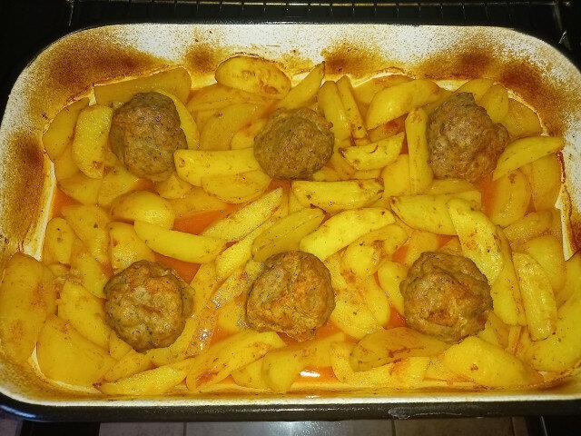Кюфтета на фурна с картофи